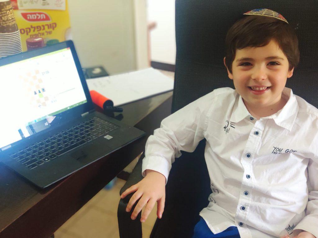 הראל בן חיים הכשרוני בן ה-5.5 שנהנה מפעילות האון ליין.